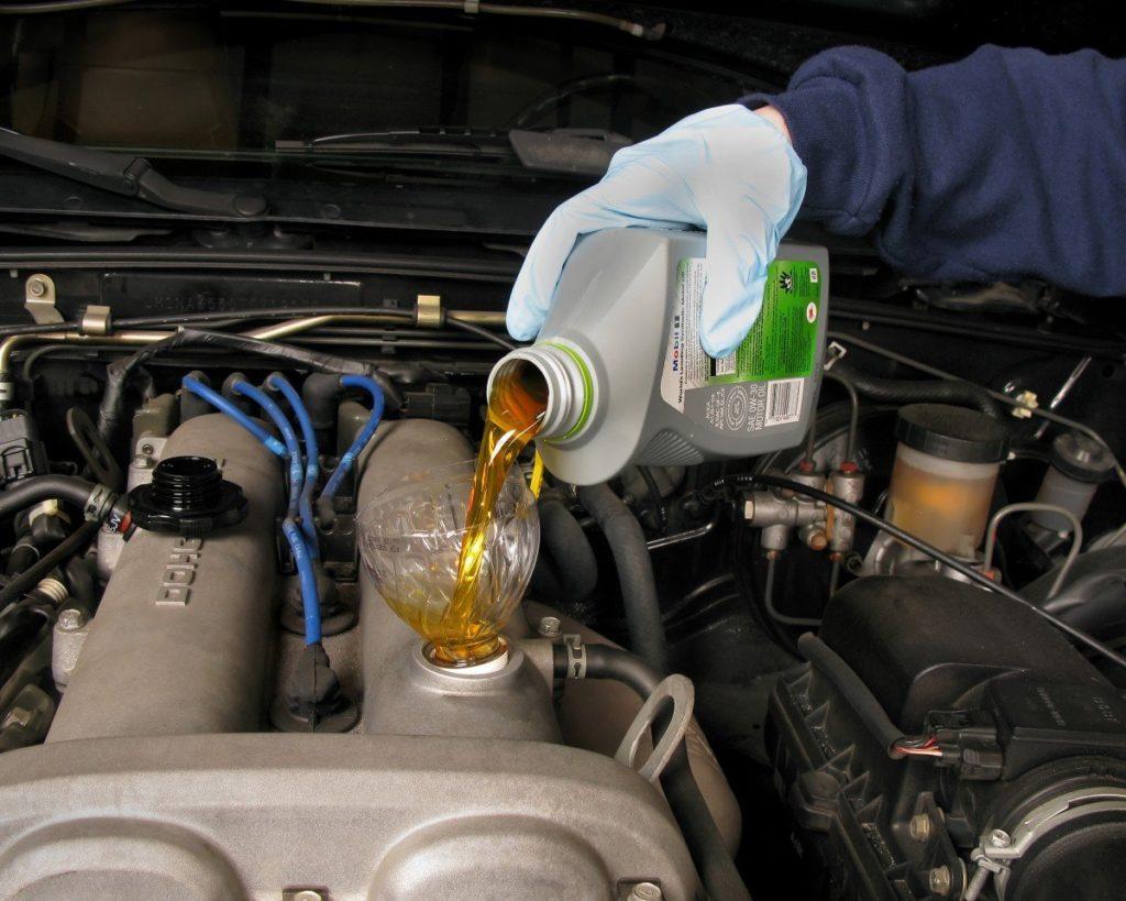 Долив масла в двигатель